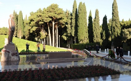 Participants of Ombudsmen's Int'l Conference pay respect to national leader Heydar Aliyev