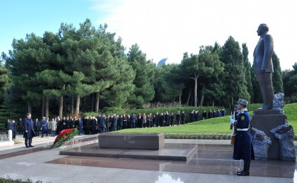 Turkish PM pays respect to national leader Heydar Aliyev