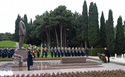 President Ilham Aliyev visited the grave of national leader Heydar Aliyev
