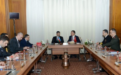 Azerbaijani, Turkish Defense Ministers discuss prospects for military cooperation