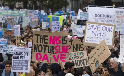 Young doctors in England use songs, slogans and signs during first strike in 40 years