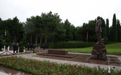 Senegalese delegation pays tribute to national leader Heydar Aliyev and Azerbaijani martyrs