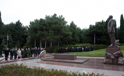 Participants of VII Azerbaijani-Russian Interregional Forum visit National Leader Heydar Aliyev's grave in Alley of Honor and Alley of Martyrs
