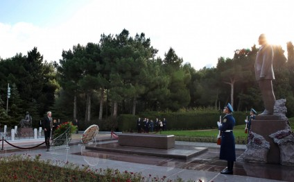 Italian Minister pays respect to national leader Heydar Aliyev and Azerbaijani martyrs