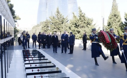 Belarus President visits Alley of Martyrs in Baku