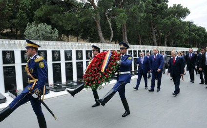 Moldovan President visits Alley of Martyrs in Baku