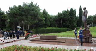 Pakistani Prime Minister visits tomb of Azerbaijani national leader Heydar Aliyev
