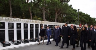 Venezuelan President visits Alley of Martyrs in Baku