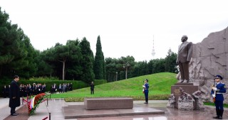 Venezuelan President pays respect to national leader Heydar Aliyev