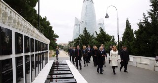 Croatian President visits Alley of Martyrs in Baku