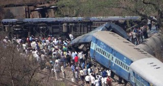 India train crash: 100 killed in derailment near Kanpur