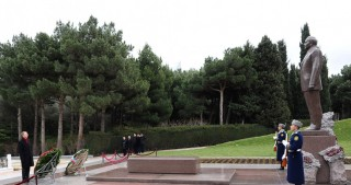 Latvian Foreign Minister visits Alley of Honors and Alley of Martyrs