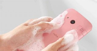 Smartphone Kyocera Rafre can be washed with soap and hot water