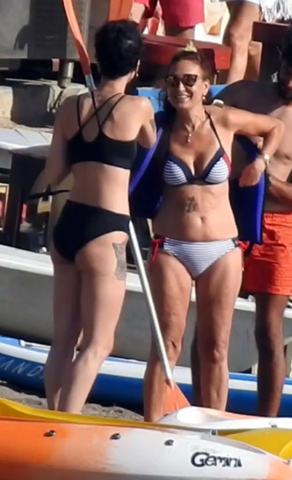 Bikinili məşhur bədənindəki döyməni nümayiş etdirdi - FOTOLAR