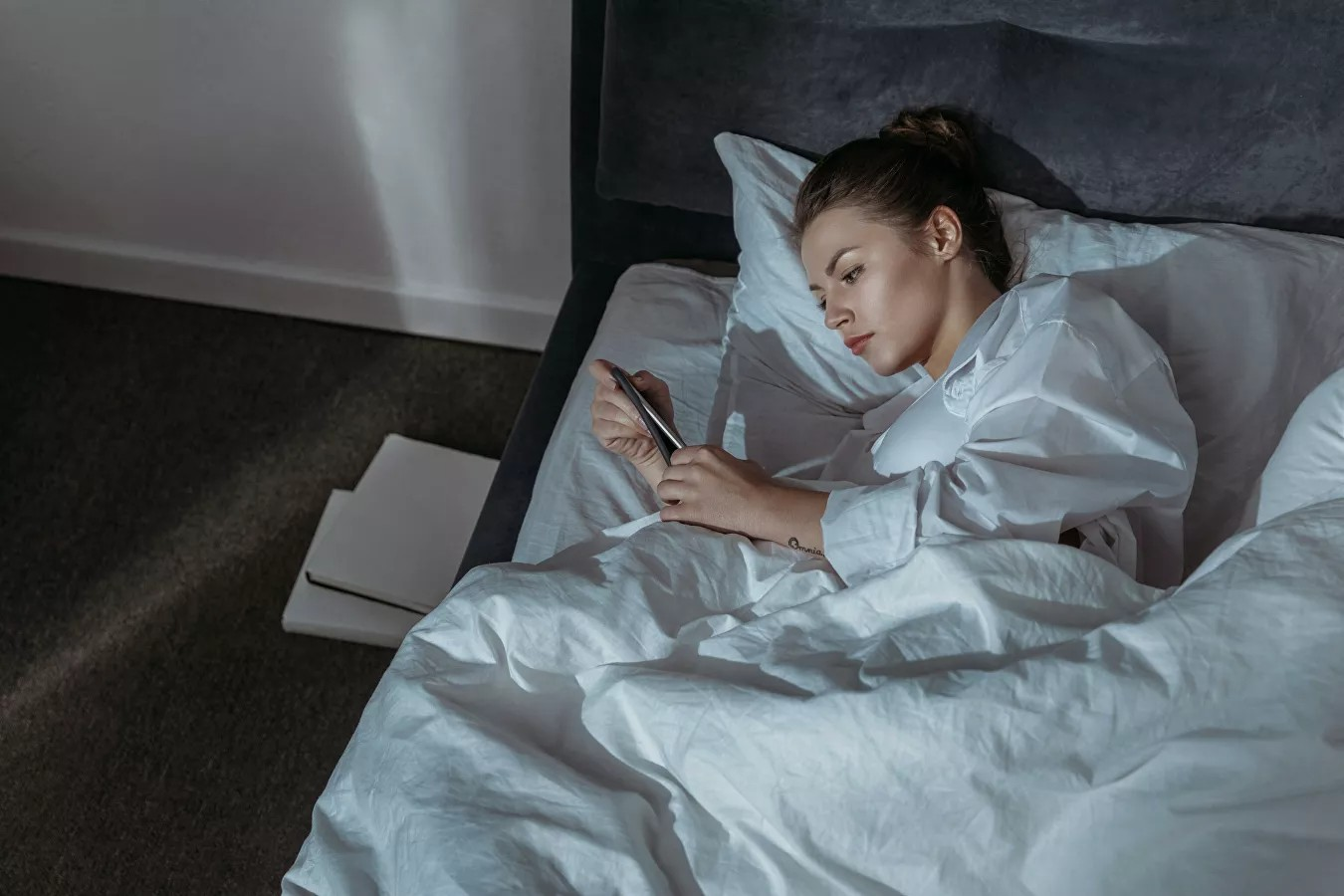 Smartfonları ilə yatanlara BƏD XƏBƏR: Sinir hüceyrələrini...