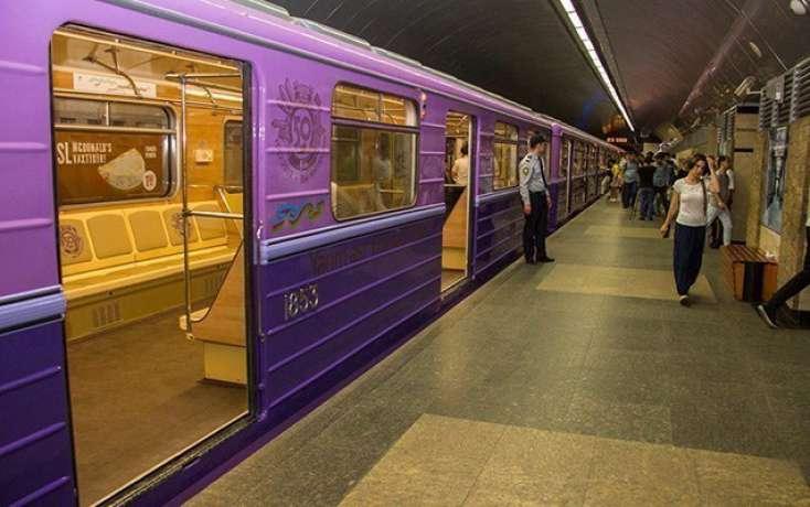<p><strong>Metroda 20 yaşlı oğlan relslərin &uuml;zərinə yıxılıb</strong></p>