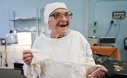 Dünyanın ən yaşlı cərrahı - 89 yaşı var.../ FOTO