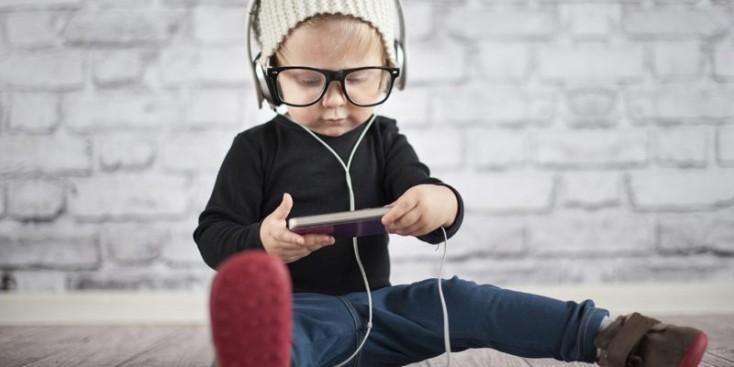 TƏHLÜKƏ: Uşaqlara telefon verməyin - ARAŞDIRMA