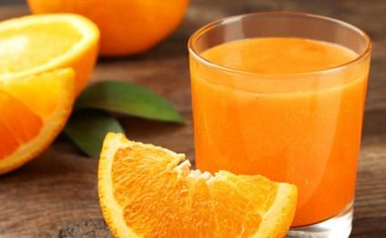 Ət yeməyinin yanında portağal suyu için