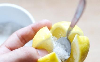 Limonu çarpaz kəsib içinə duzu doldurun...