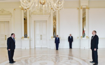 Azerbaijani president receives credentials of newly-appointed Hungarian ambassador (PHOTO)