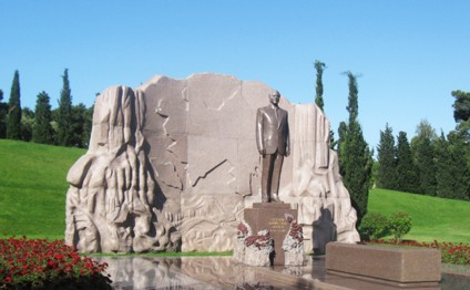 Azerbaijani public visits Alley of Honor to commemorate 12thdeath anniversary of Heydar Aliyev
