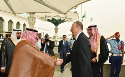 President Ilham Aliyev, his spouse arrive in Jeddah (PHOTO)